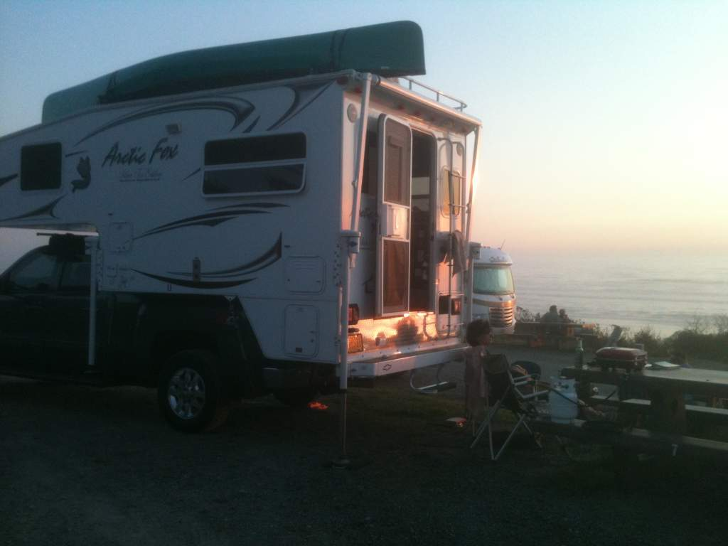 Arctic Fox 811 truck camper-september-22-11-028.jpg